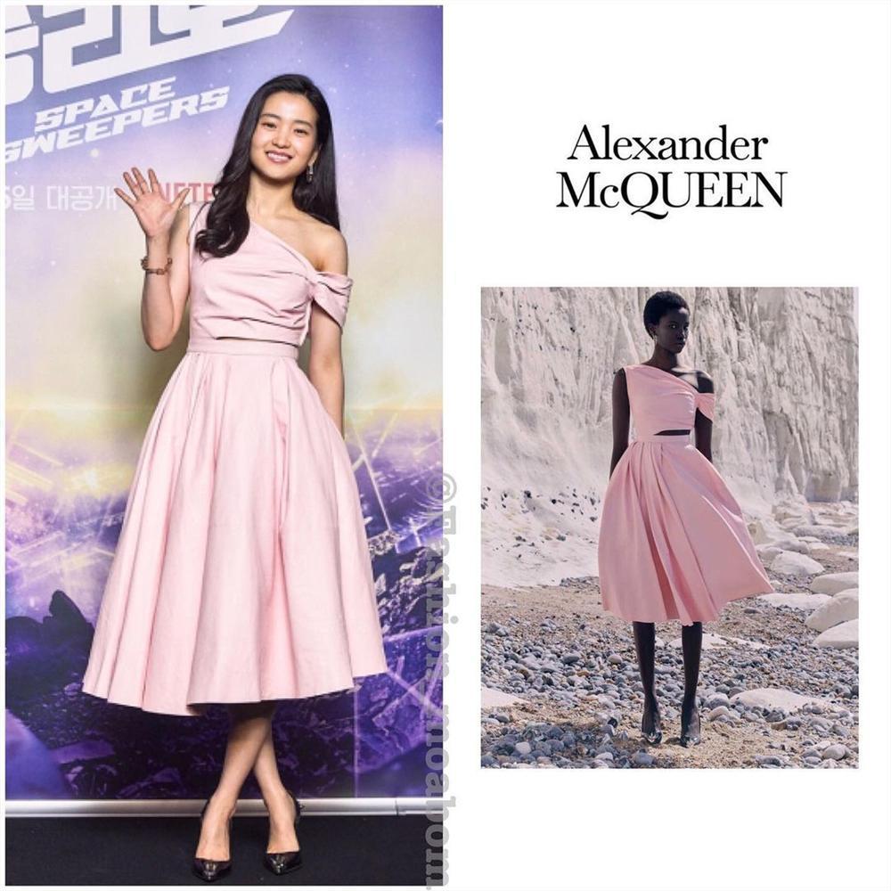 Style sao Hàn tuần qua: Son Ye Jin nữ tính bất ngờ, Lee Da Hee khoe dáng đẳng cấp-5