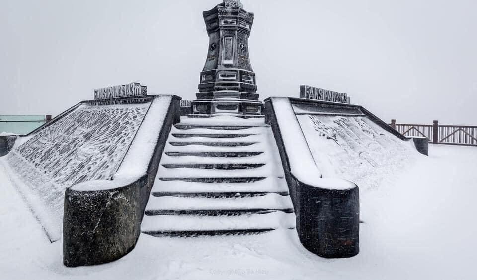 Tuyết phủ trắng xóa đỉnh Fansipan, du khách tưởng lạc vào phim ảnh-1