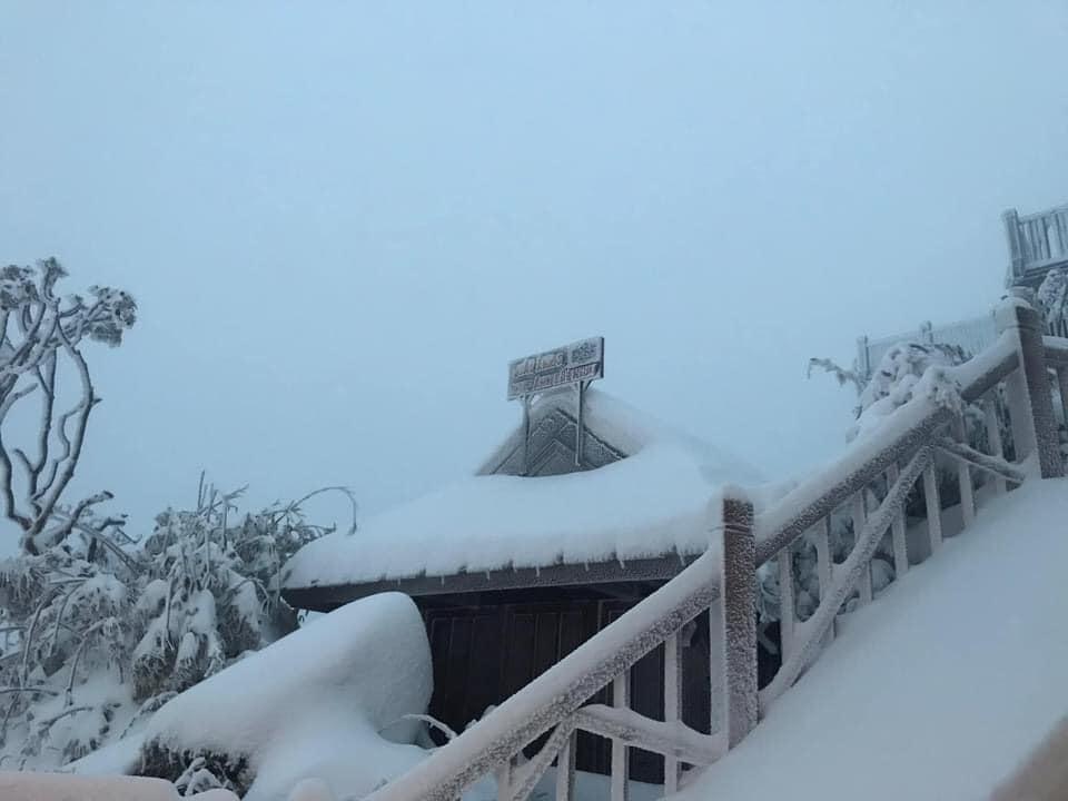 Tuyết phủ trắng xóa đỉnh Fansipan, du khách tưởng lạc vào phim ảnh-3