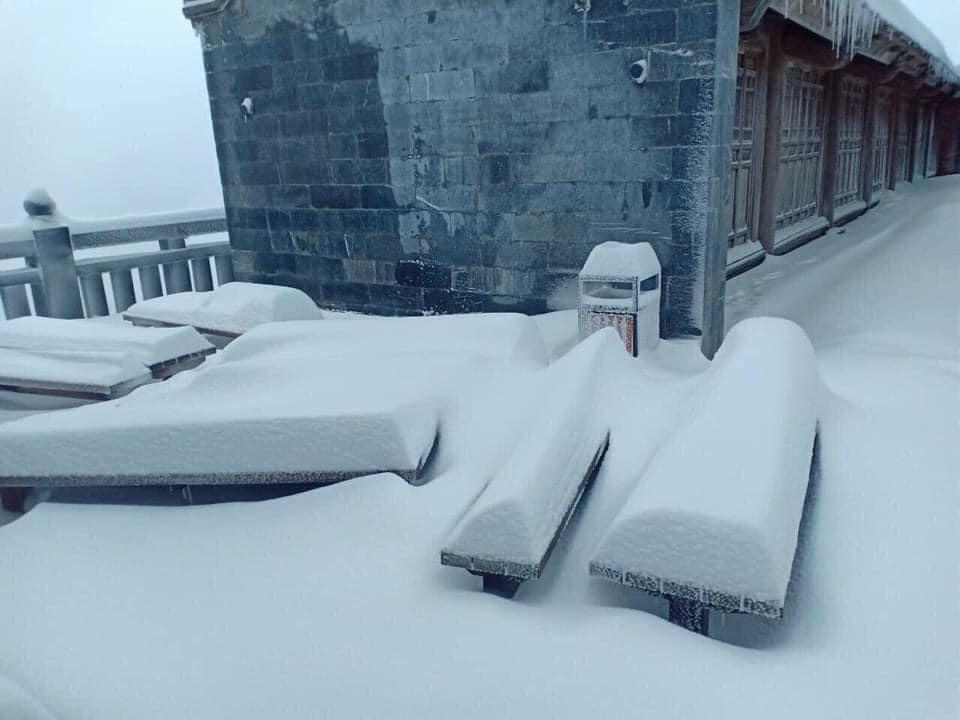 Tuyết phủ trắng xóa đỉnh Fansipan, du khách tưởng lạc vào phim ảnh-4
