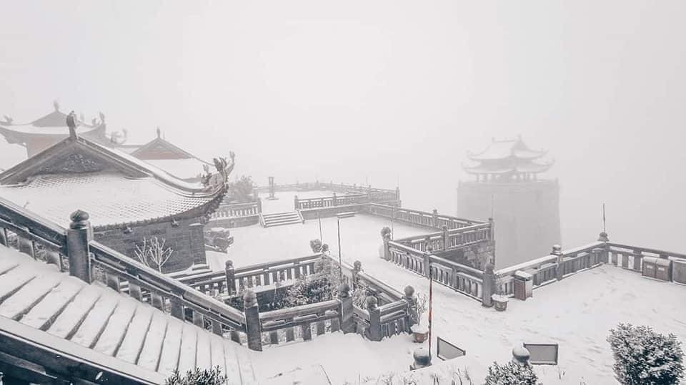 Tuyết phủ trắng xóa đỉnh Fansipan, du khách tưởng lạc vào phim ảnh-7