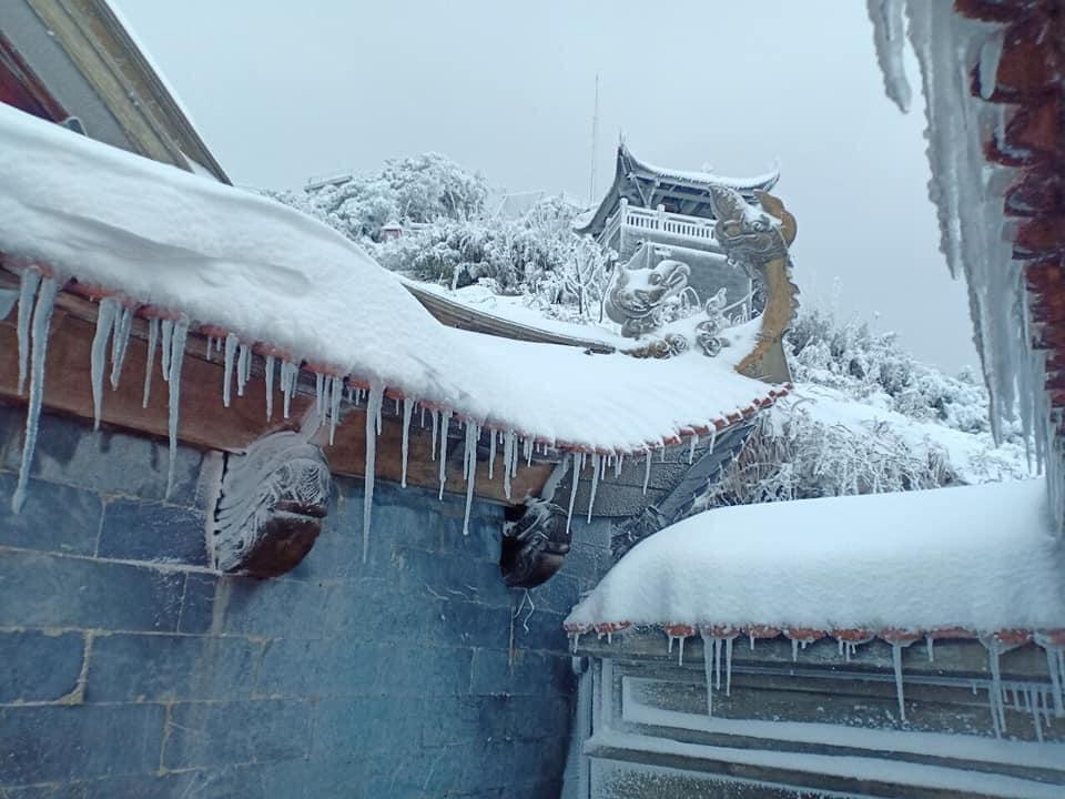 Tuyết phủ trắng xóa đỉnh Fansipan, du khách tưởng lạc vào phim ảnh-8