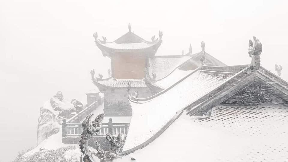 Tuyết phủ trắng xóa đỉnh Fansipan, du khách tưởng lạc vào phim ảnh-9