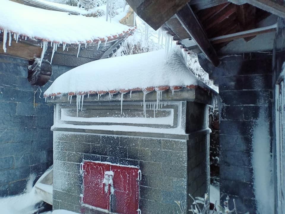 Tuyết phủ trắng xóa đỉnh Fansipan, du khách tưởng lạc vào phim ảnh-11