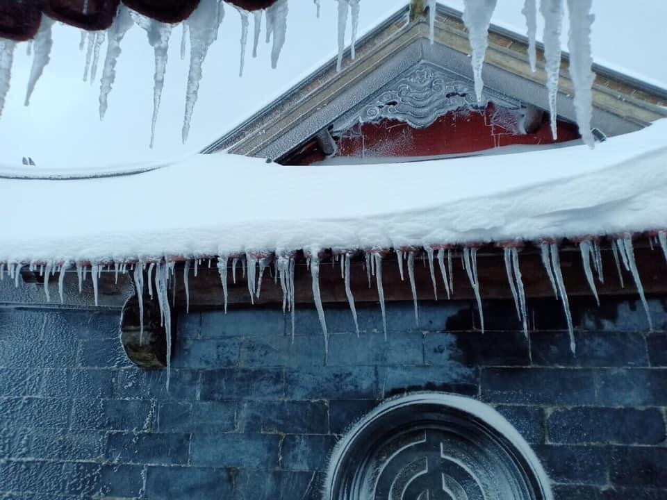 Tuyết phủ trắng xóa đỉnh Fansipan, du khách tưởng lạc vào phim ảnh-12