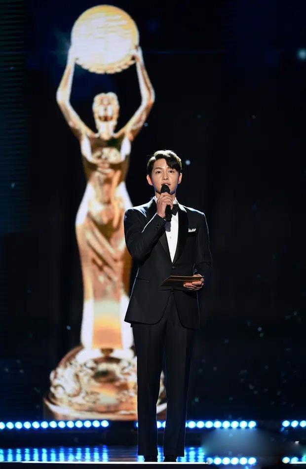 Song Joong Ki thể hiện đẳng cấp tại Rồng Xanh, gương mặt buồn buồn gây chú ý-1