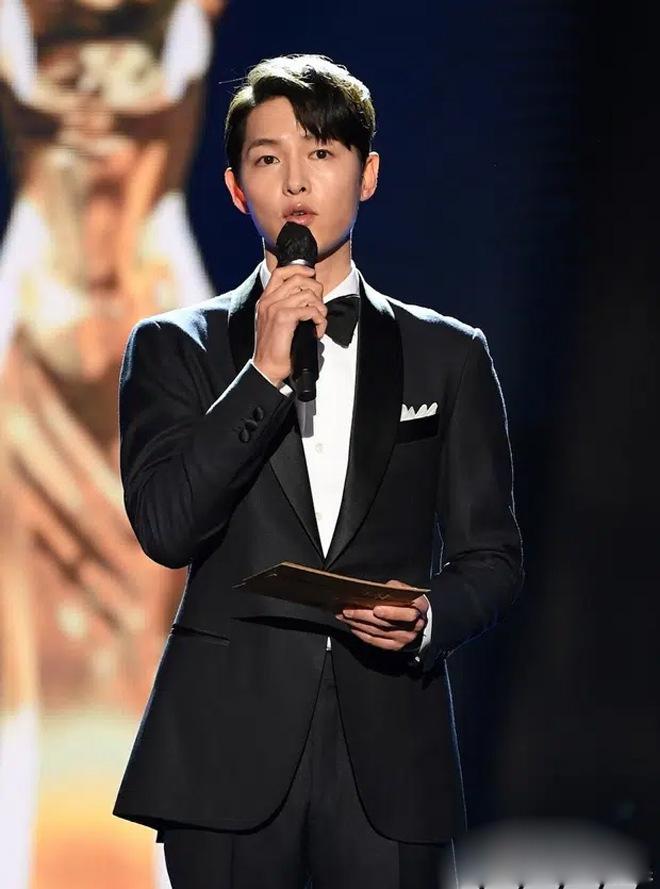Song Joong Ki thể hiện đẳng cấp tại Rồng Xanh, gương mặt buồn buồn gây chú ý-2