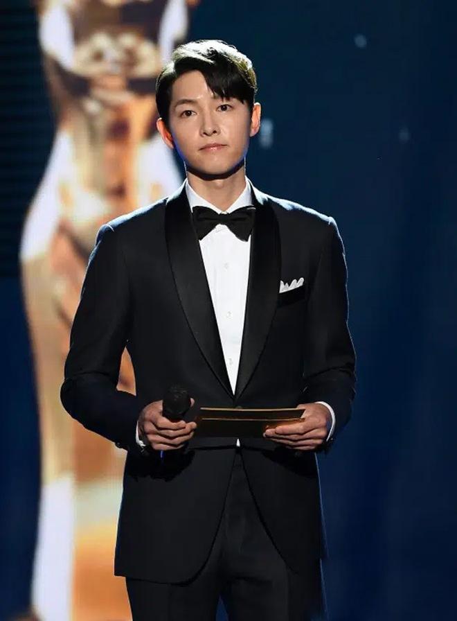 Song Joong Ki thể hiện đẳng cấp tại Rồng Xanh, gương mặt buồn buồn gây chú ý-3