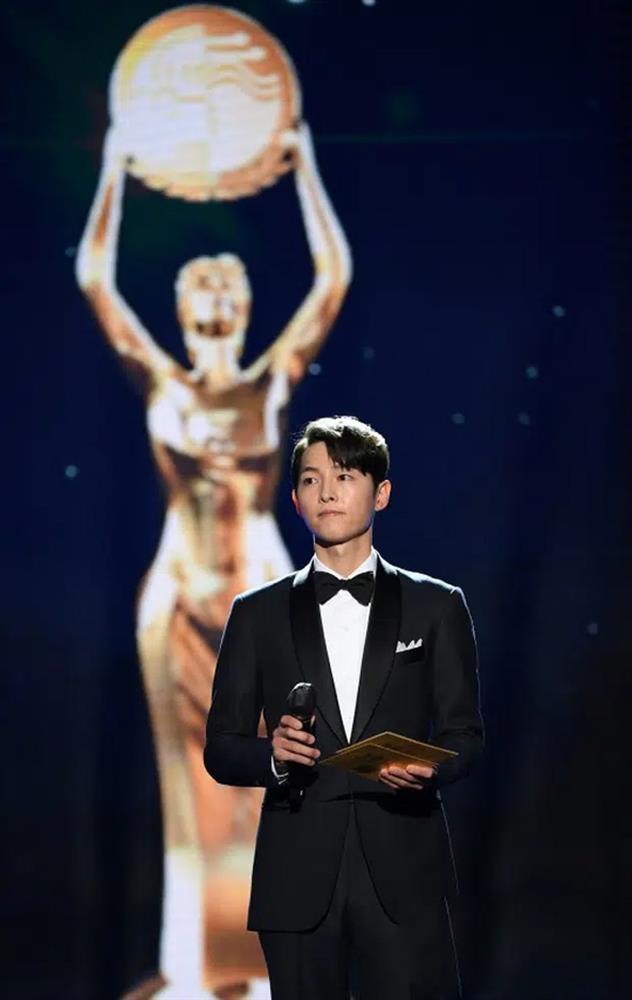 Song Joong Ki thể hiện đẳng cấp tại Rồng Xanh, gương mặt buồn buồn gây chú ý-6