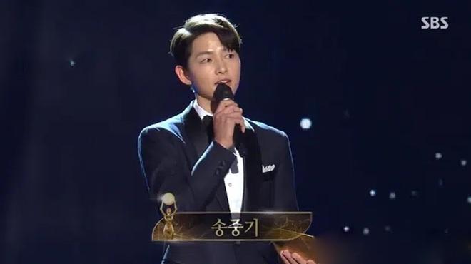 Song Joong Ki thể hiện đẳng cấp tại Rồng Xanh, gương mặt buồn buồn gây chú ý-7