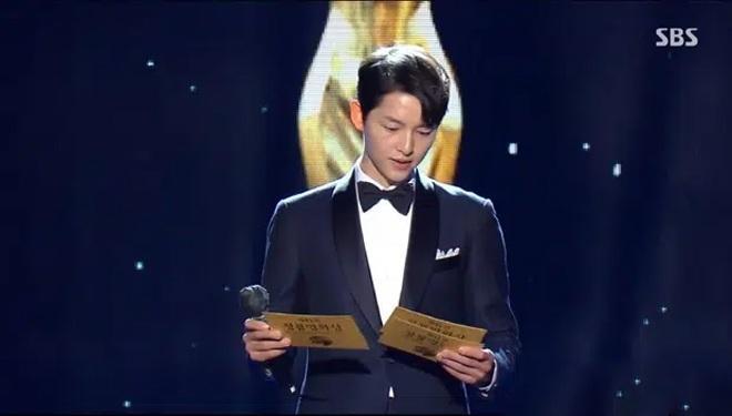 Song Joong Ki thể hiện đẳng cấp tại Rồng Xanh, gương mặt buồn buồn gây chú ý-8