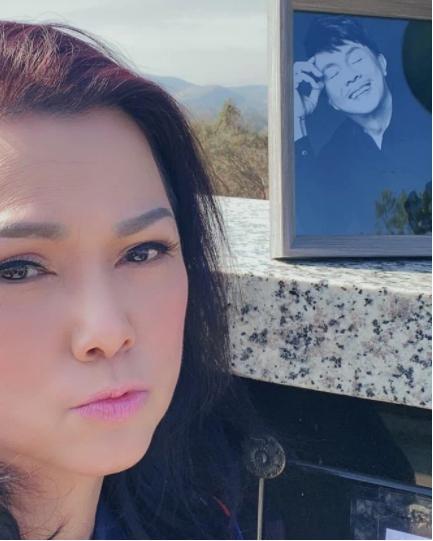 Tết đầu tiên vắng NS Chí Tài, ca sĩ Phương Loan viếng chồng, nhắn nhủ 6 chữ gây xúc động-1