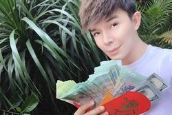 Nathan Lee khoe xấp tiền lì xì gây choáng ngợp