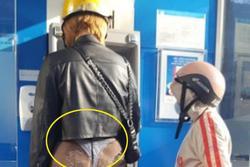 Dẫn theo bé trai đi rút tiền, người phụ nữ khiến dân tình 'nóng mắt' với chiếc quần xuyên thấu