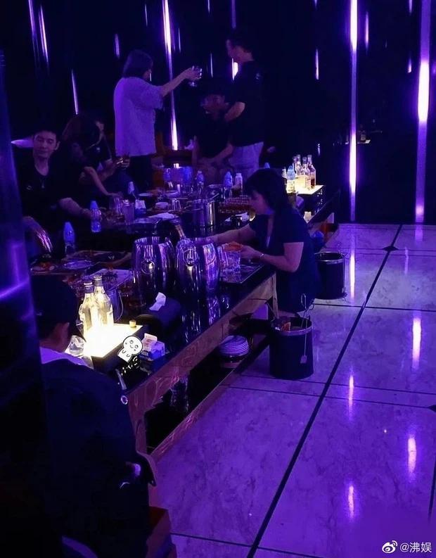 Huỳnh Hiểu Minh đi bar, 10 mỹ nhân trẻ đẹp vây quanh nhưng không có Angela Baby-2