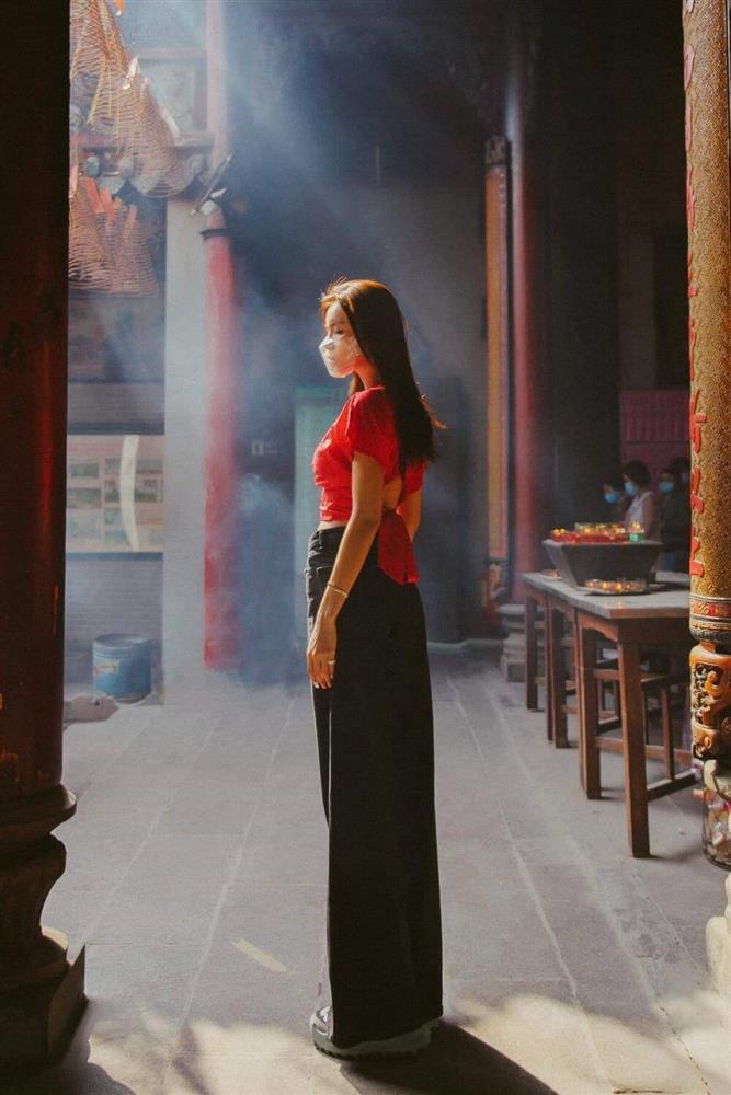 Minh Tú bị ném đá vì mặc hở eo đi lễ chùa đầu năm-5