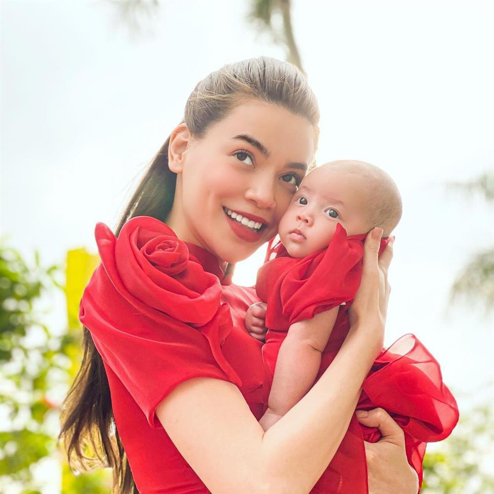 Con gái Hà Hồ nở nụ cười khiến dân mạng đứng hình 5s-7