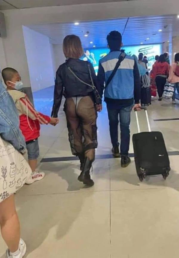 Người phụ nữ mặc quần xuyên thấu lộ vòng 3 giữa sân bay, danh tính thật mới sốc-1