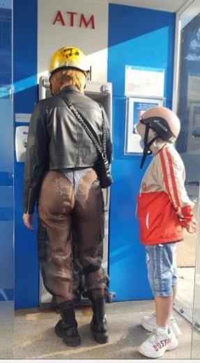 Người phụ nữ mặc quần xuyên thấu lộ vòng 3 giữa sân bay, danh tính thật mới sốc-2