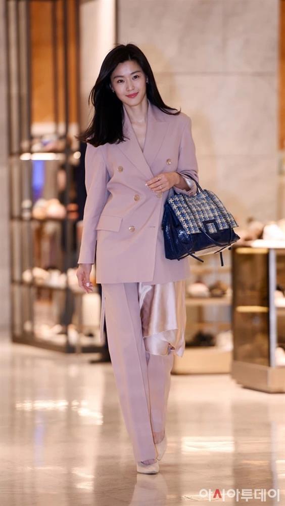 Song Hye Kyo, Son Ye Jin và các sao U40 sẽ chỉ cho nàng công sở kiểu suit diện lên trẻ trung nhất-6