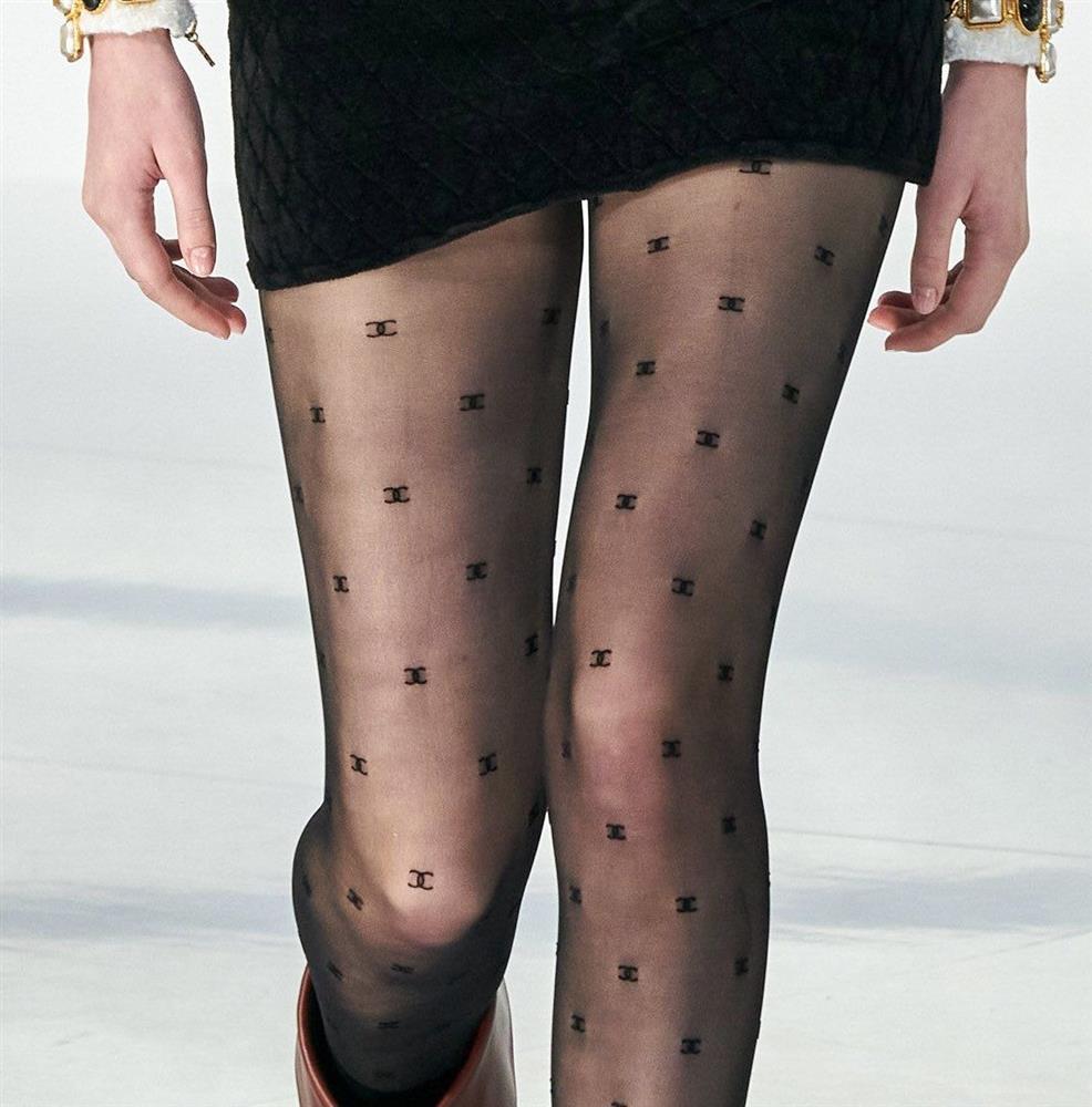 1 chiếc quần tất Chanel 2 số phận: Jennie lên đồ sang chảnh, nhìn sang Ngọc Trinh hở hang mà giật mình-7