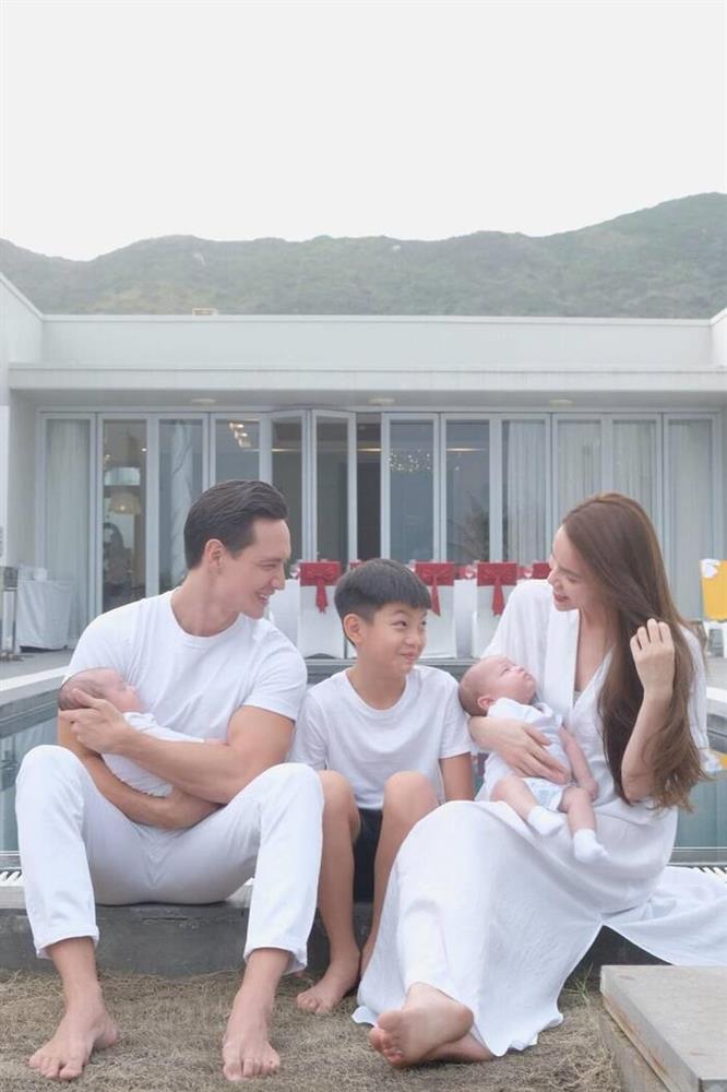 Hà Hồ khoe gia đình đẹp đều, Subeo chiếm spotlight nhờ hành động nhỏ-6