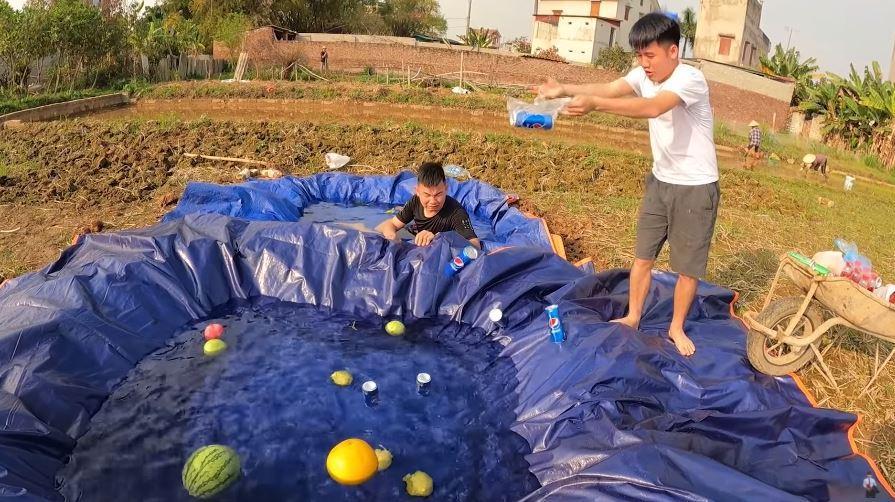 Con trai bà Tân Vlog ra video đại tiệc theo phong cách Dubai, dân tình ném đá chê bẩn-1