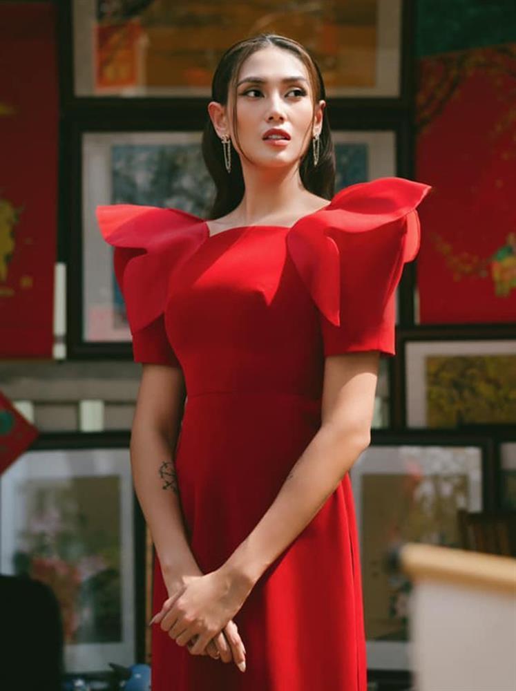 Loạt mỹ nhân Việt đụng hàng khét lẹt mẫu áo dài đỏ tươi dịp Tết vừa qua-1
