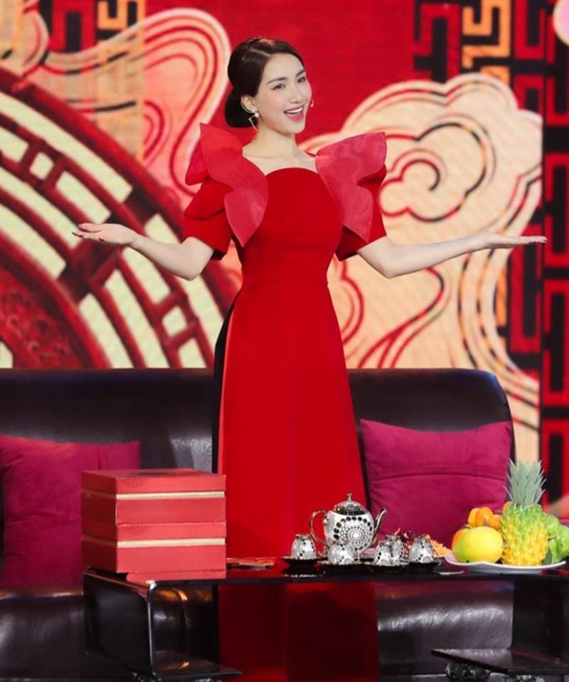 Loạt mỹ nhân Việt đụng hàng khét lẹt mẫu áo dài đỏ tươi dịp Tết vừa qua-4