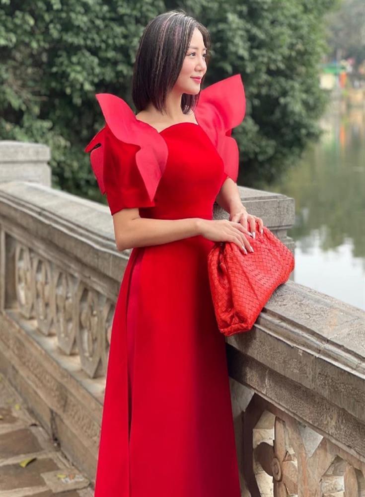 Loạt mỹ nhân Việt đụng hàng khét lẹt mẫu áo dài đỏ tươi dịp Tết vừa qua-5