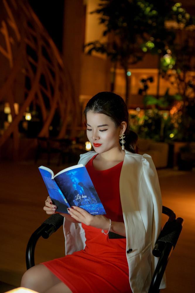 Cô giáo gốc Việt rạng rỡ áo dài khai xuân ở Singapore-1