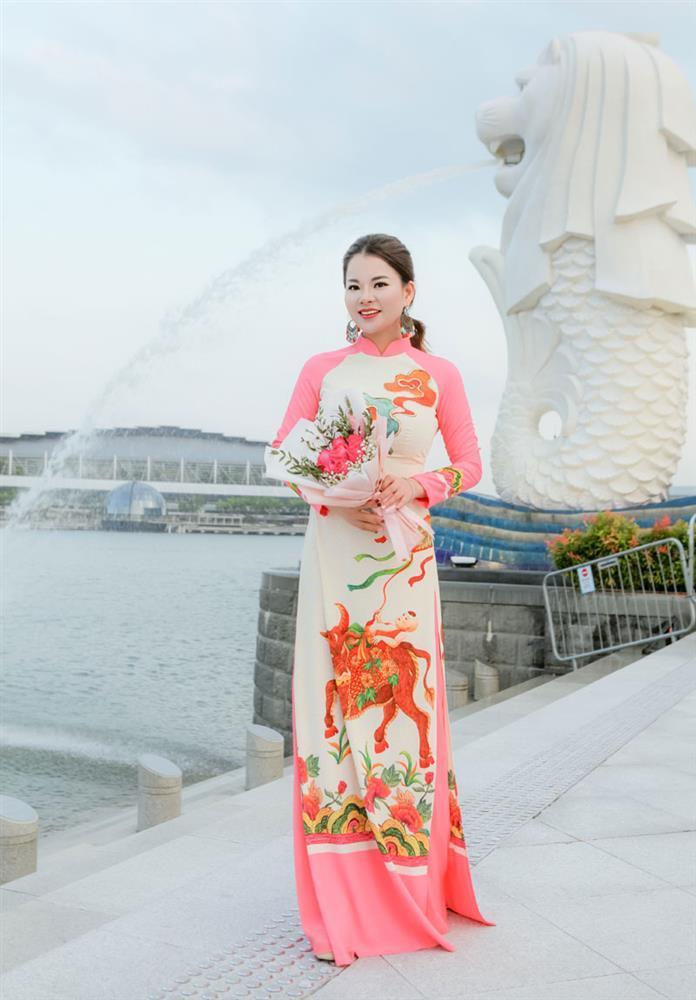 Cô giáo gốc Việt rạng rỡ áo dài khai xuân ở Singapore-2