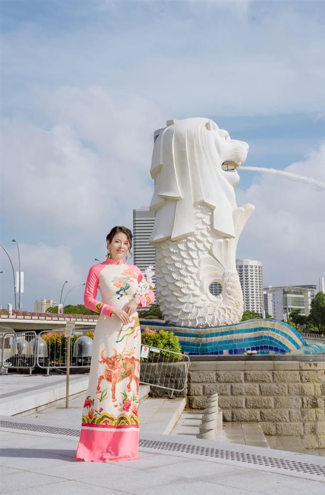 Cô giáo gốc Việt rạng rỡ áo dài khai xuân ở Singapore-3