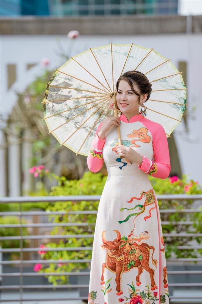 Cô giáo gốc Việt rạng rỡ áo dài khai xuân ở Singapore-4
