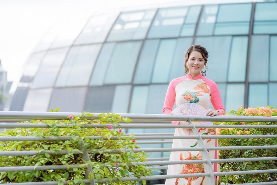 Cô giáo gốc Việt rạng rỡ áo dài khai xuân ở Singapore-5