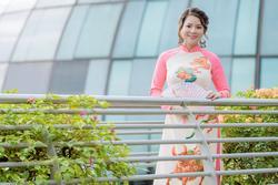 Cô giáo gốc Việt rạng rỡ áo dài khai xuân ở Singapore