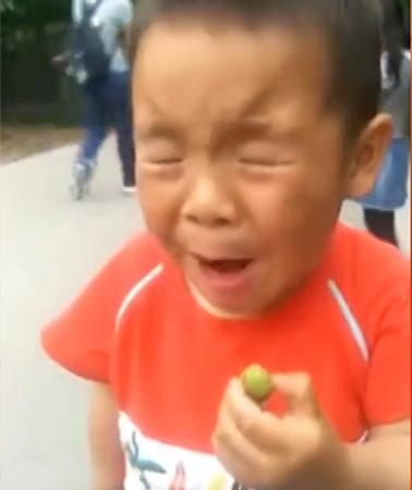 101 biểu cảm của bé khi bị dụ ăn chua khiến ai cũng đổ gục-9