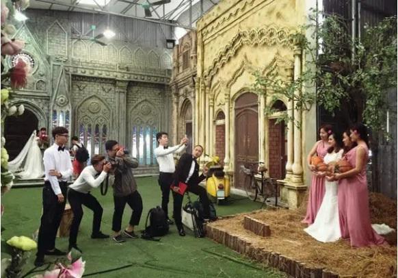 Phía sau một bức ảnh cưới long lanh là cả ekip uốn éo dàn dựng tới vẹo người-10