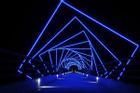 Cầu đi bộ phát sáng như phim khoa học viễn tưởng