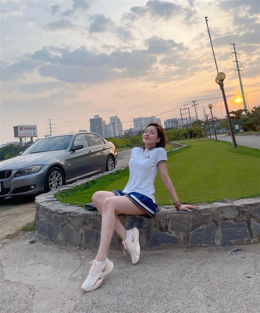 Hot girl Trâm Anh diện váy ngắn cũn chơi goft suýt lộ hàng-5