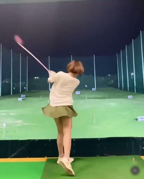 Hot girl Trâm Anh diện váy ngắn cũn chơi goft suýt lộ hàng-2