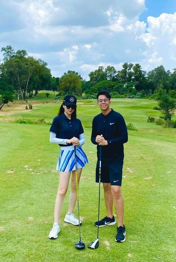 Hot girl Trâm Anh diện váy ngắn cũn chơi goft suýt lộ hàng-9