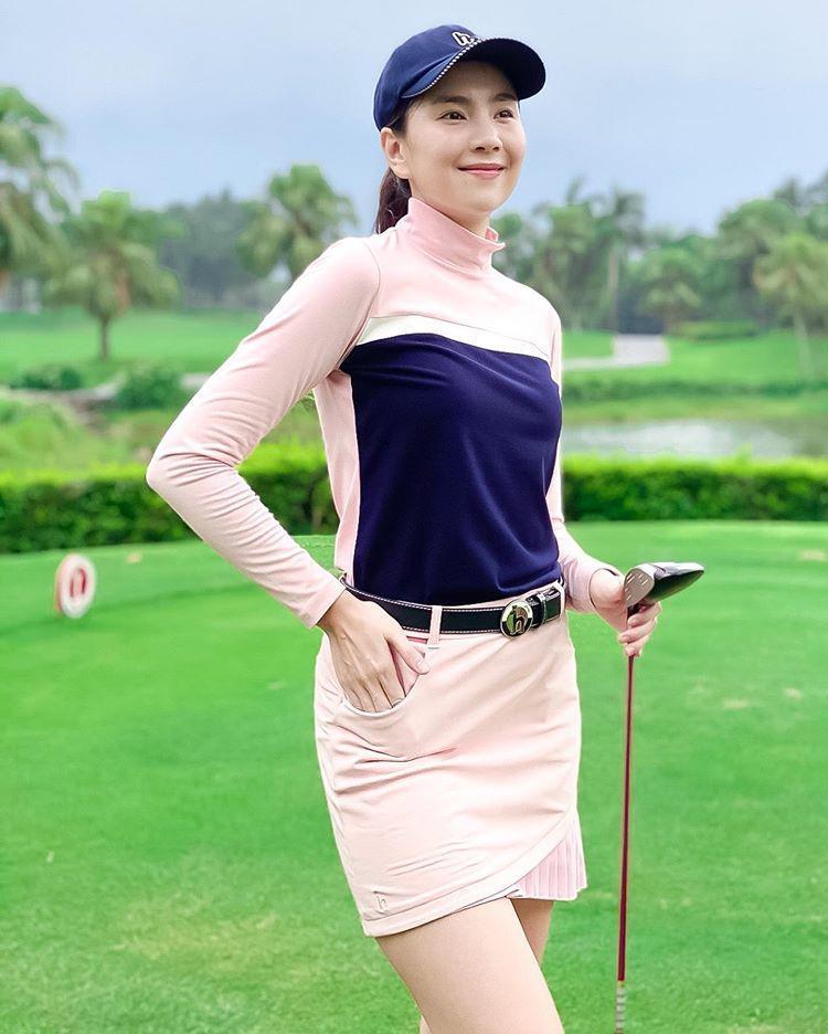 Hot girl Trâm Anh diện váy ngắn cũn chơi goft suýt lộ hàng-10
