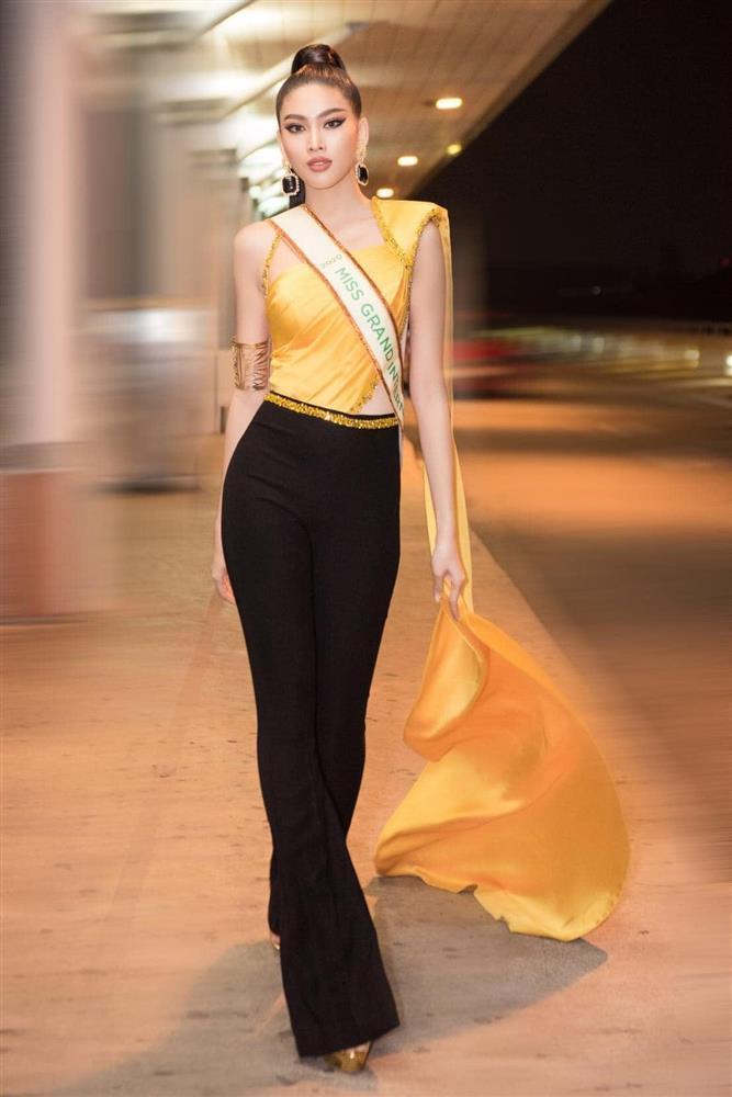 Trang phục xuất trận Miss Grand của Ngọc Thảo bị soi giống Catriona Gray-4