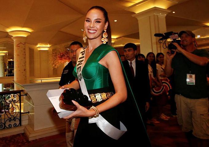 Trang phục xuất trận Miss Grand của Ngọc Thảo bị soi giống Catriona Gray-12