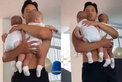 Bố bỉm 'đỉnh của chóp' Kim Lý: Một nách hai con vẫn nhẹ như không