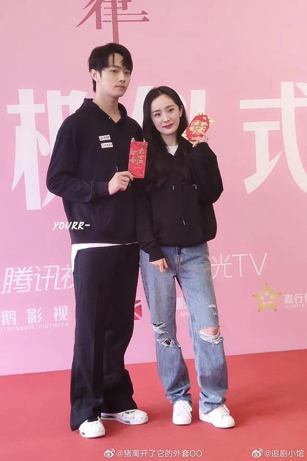 Dương Mịch bị netizen chê bai vì lệch tông với Hứa Khải ở poster phim mới đậm mùi teenfic-3