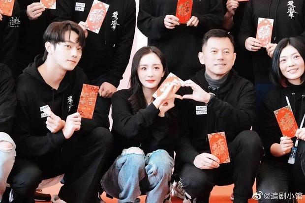 Dương Mịch bị netizen chê bai vì lệch tông với Hứa Khải ở poster phim mới đậm mùi teenfic-4