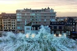 Những con sóng cao hơn tòa nhà 3 tầng ở Pháp