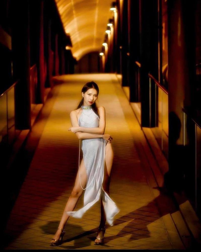 Nữ người mẫu gây phẫn nộ vì mặc áo dài quên quần phản cảm-1